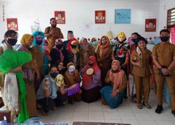 Pembimbing dari LPPM Unimed, saat foto bersama di SDN 060891 Jl.Jamin Ginting No.303 Medan. (mpc/ist)