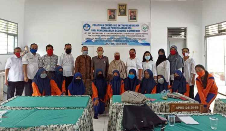 Tim LPPM UNIMED saat foto bersama siswi beserta tenaga pendidik di SMP Negeri 3 TanjungMorawa, Deli Serdang. (mpc/rel)